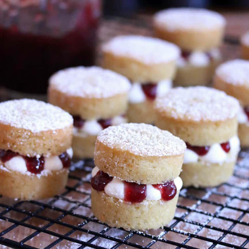 Victoria-Sponge-Cakes-prep-38