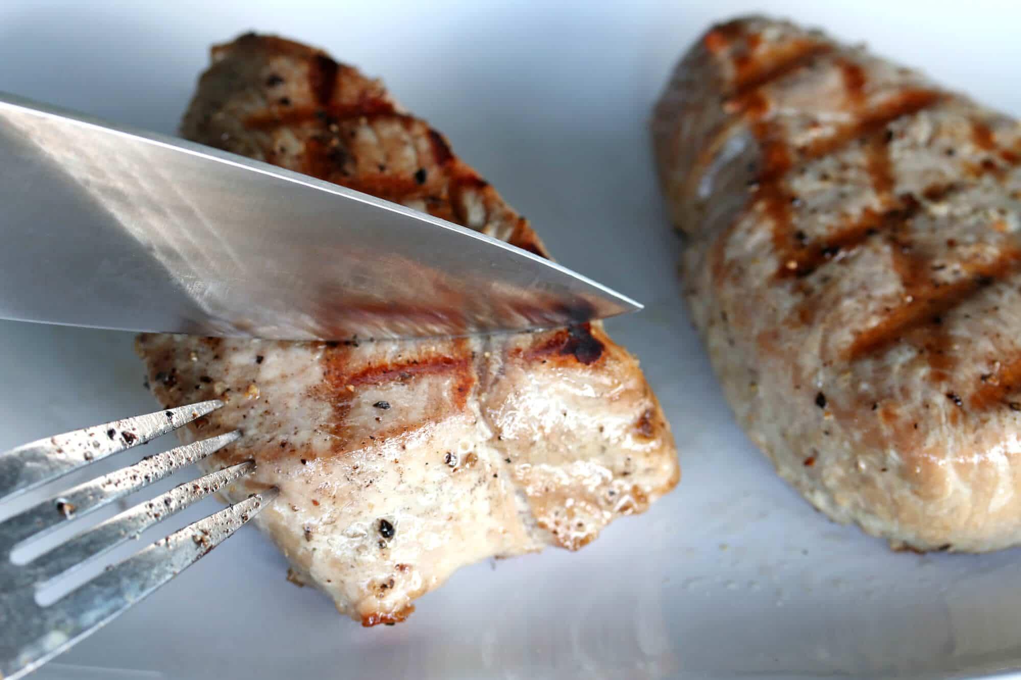 slicing grilled tuna steaks